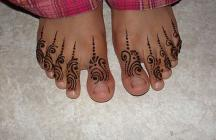 Beautiful henna tattoos on the toes picture looking very cute.JPG